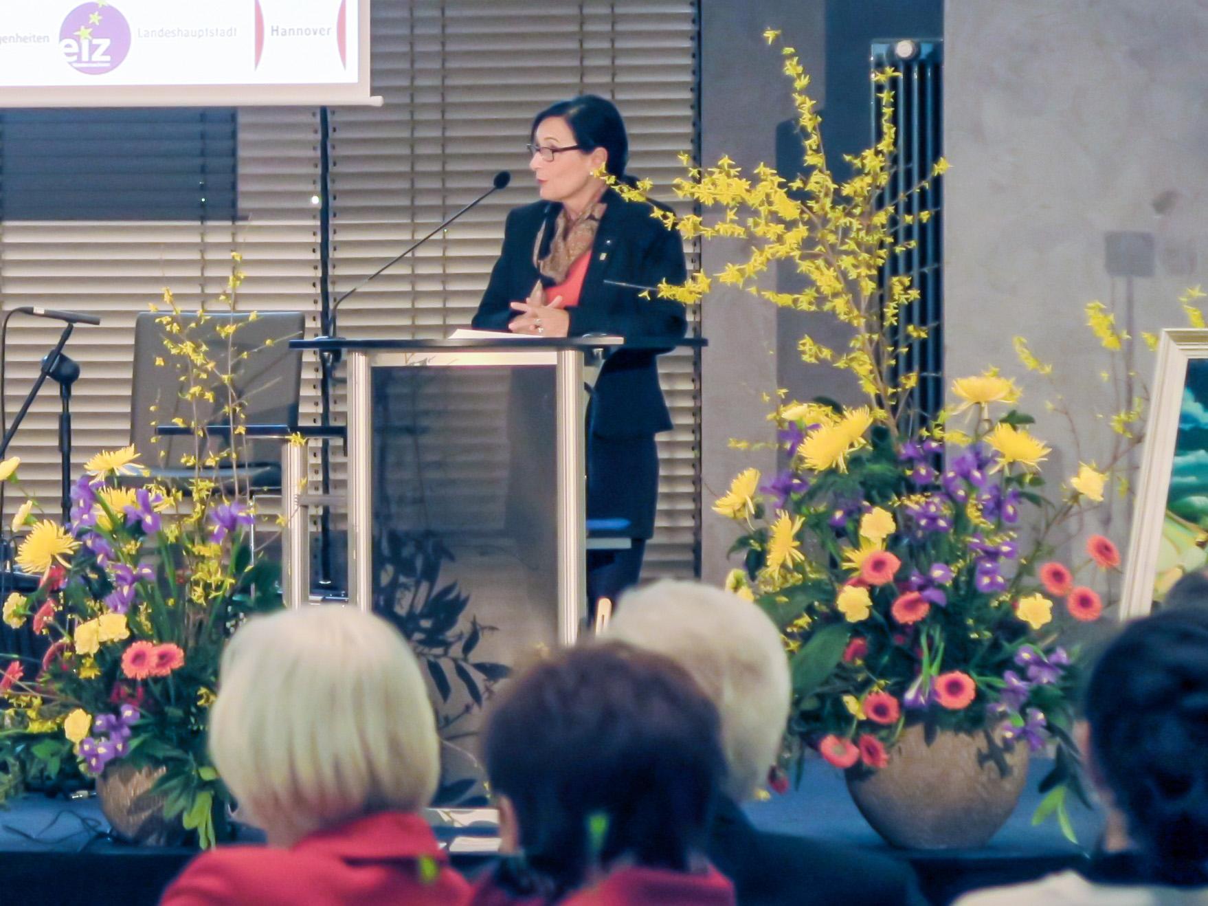 Bürgermeisterin Kramarek spricht am Redepult vor Publikum.