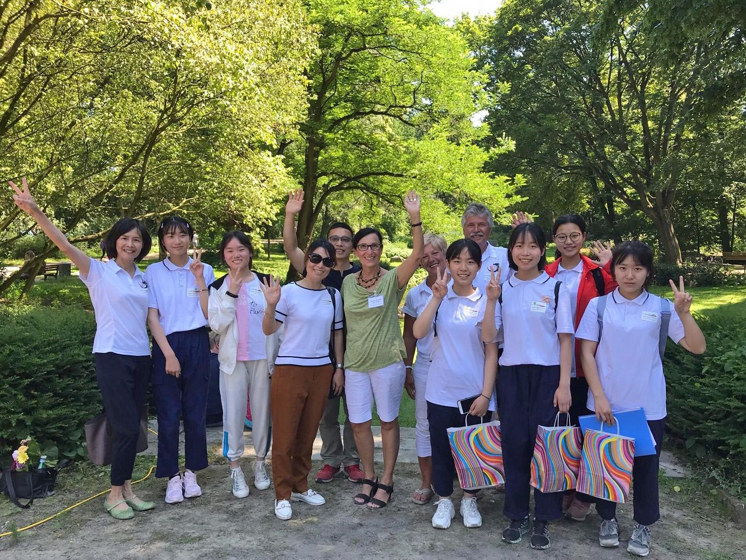 Schüler*innen aus Changde mit Bürgermeisterin Regine Kramarek im Rathauspark