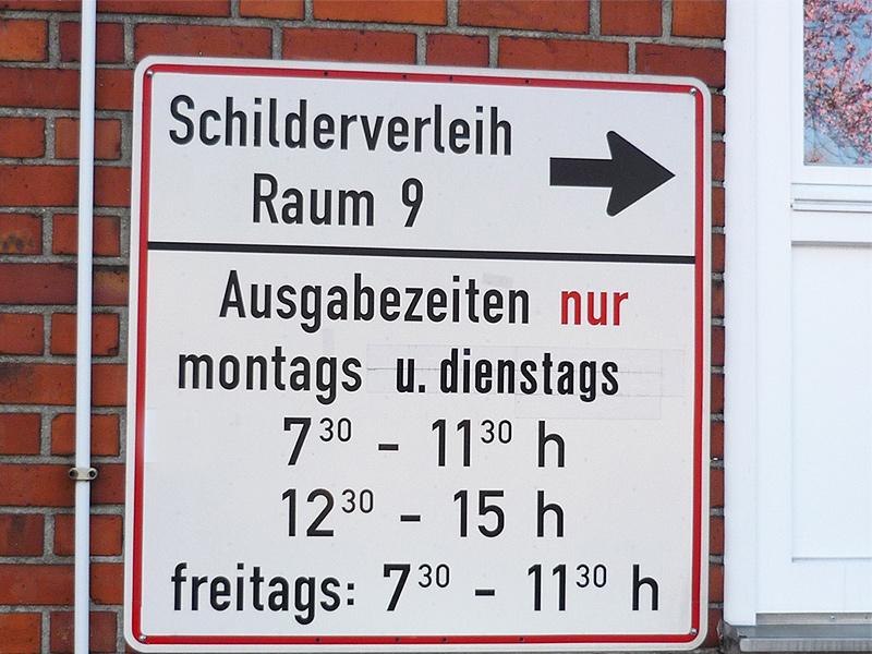 Schild mit der Aufschrift Schilderverleih Raum 9