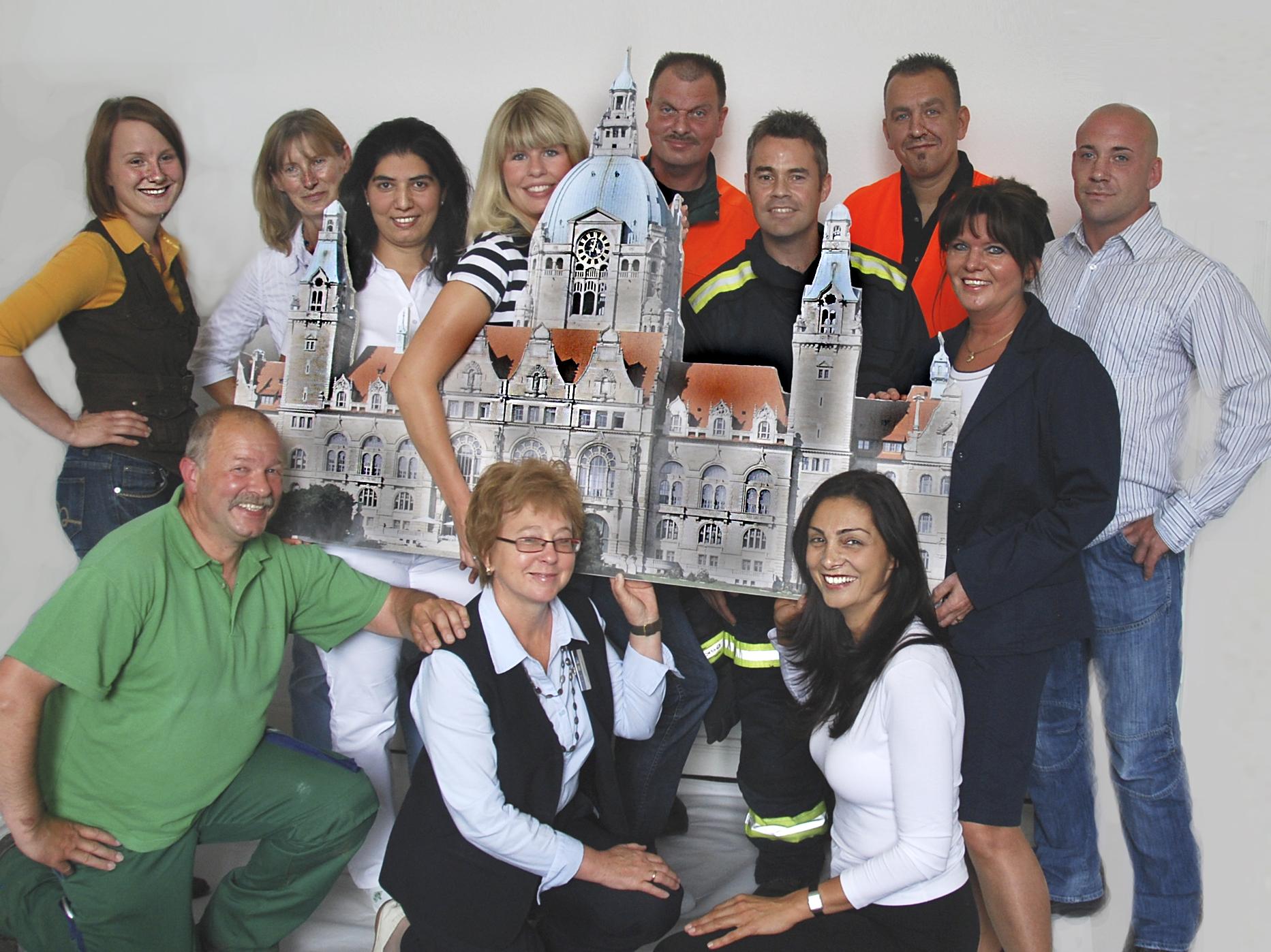 Mitarbeitergruppe mit Rathaus