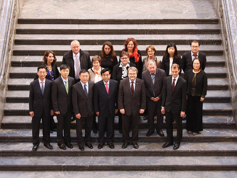 Die chinesische Delegation mit Bürgermeister Hermann und der Ersten Stadträtin, Frau Tegtmeyer-Dette, auf der Rathaustreppe.