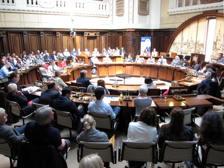 Etwa 100 Personen sitzen im Hodlersaal