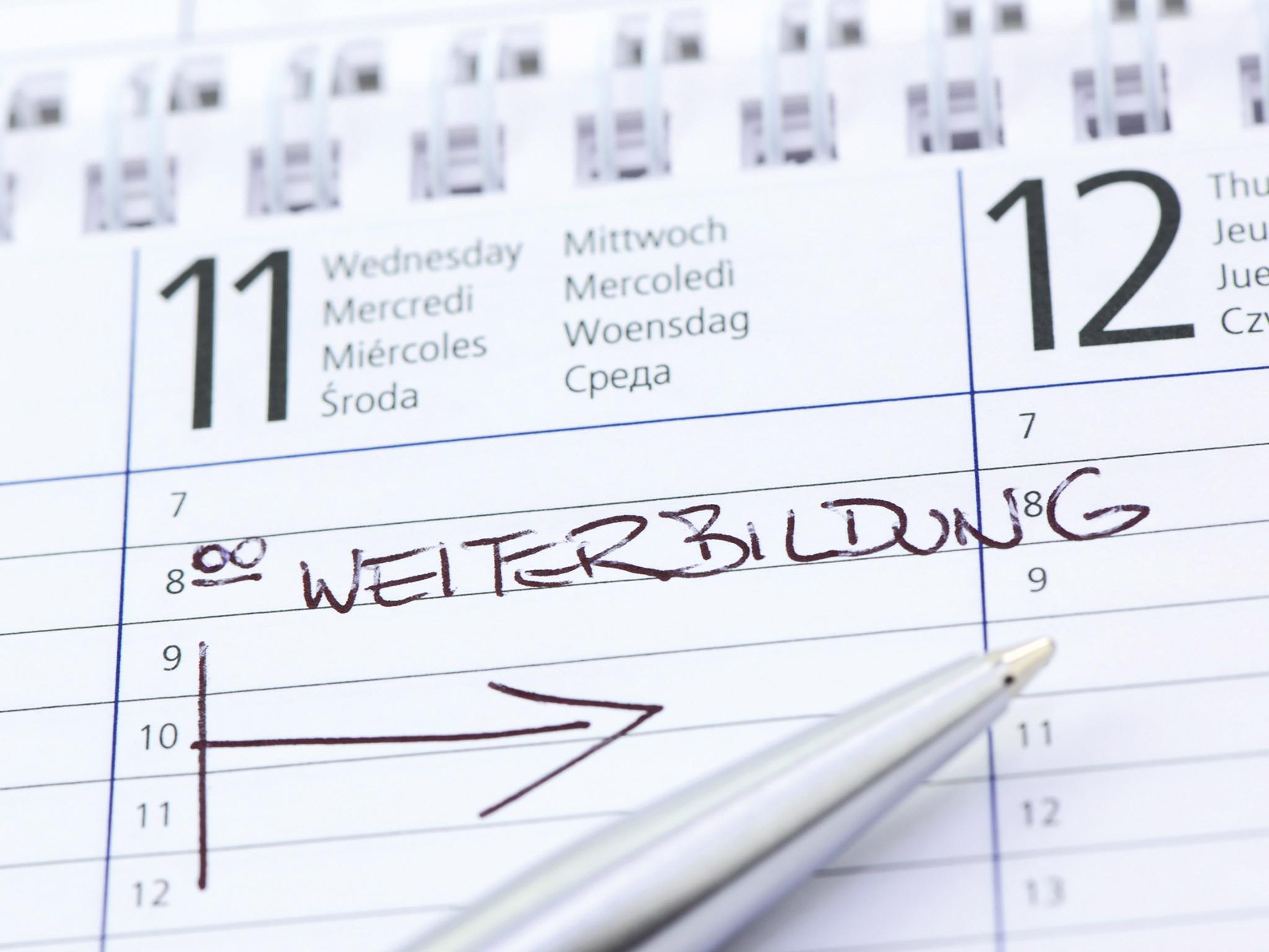 """Ein Kalenderblatt, auf dem das Wort """"Weiterbildung"""" eingetragen ist"""