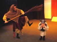 Eine Frau verkleidet als Hexe, ein Kind verkleidet als Maus.