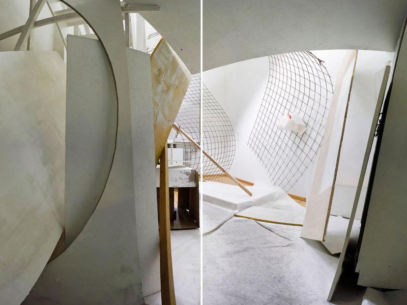 Ein Raum mit verbogenen Gittern und Brettern an den Wänden.