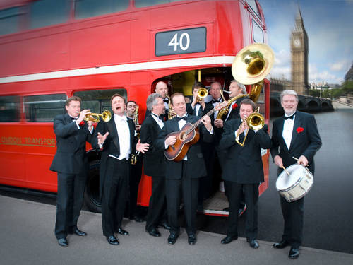 Band mit Instrumenten vor rotem London-Bus