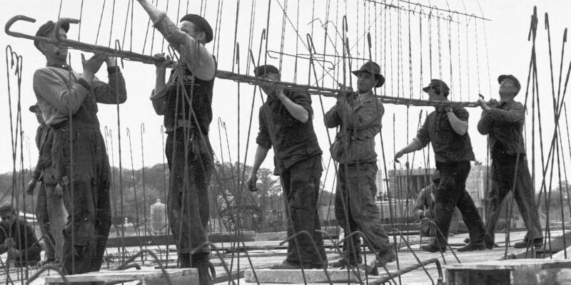 Bauarbeiter schwarz weiß  VW: 60 Jahre Bulli-Werk | Wirtschaft & Wissenschaft 2015 ...