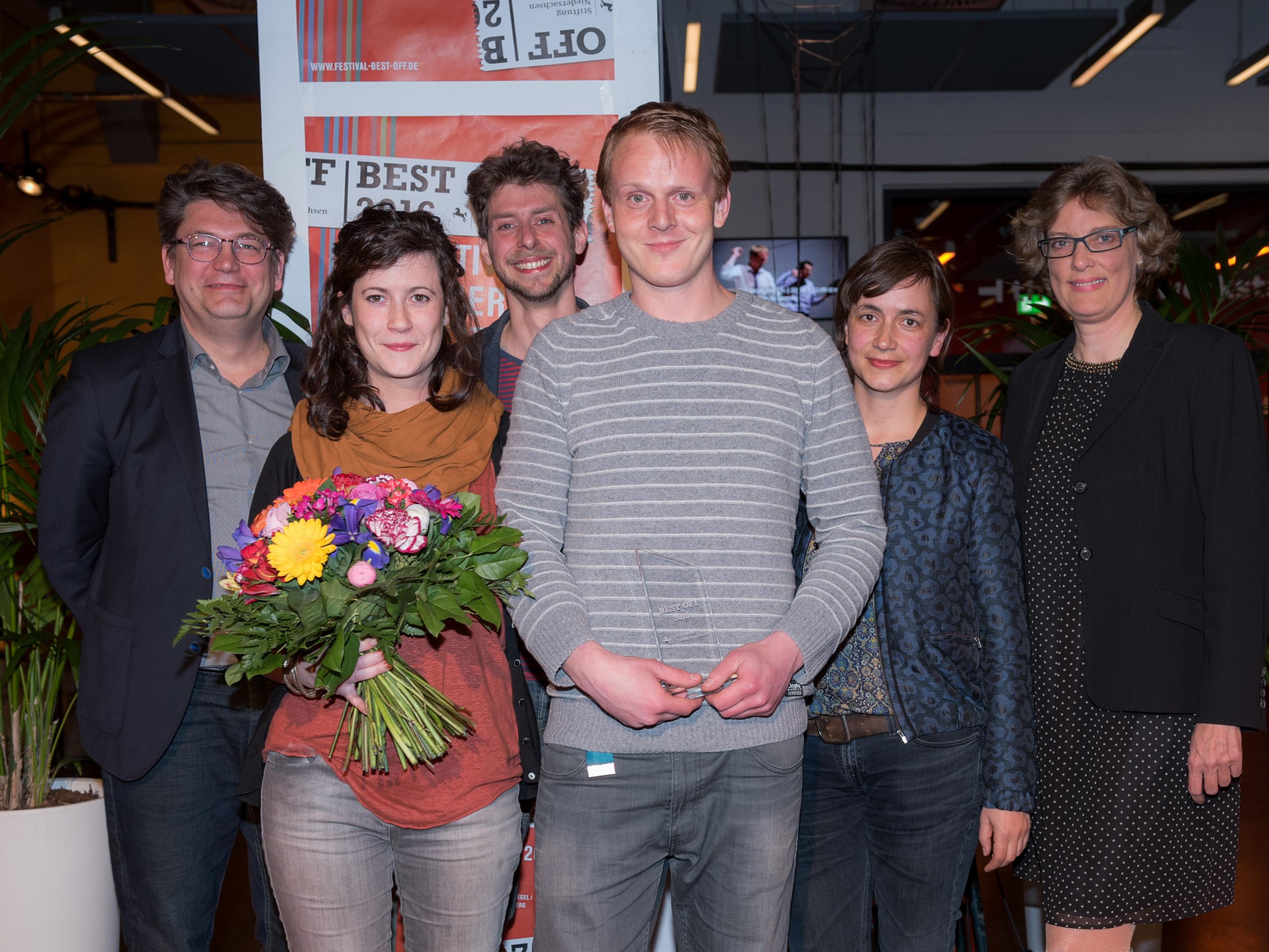 Drei Männer und drei Frauen bei einer Auszeichnung.