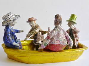 Pappmache-Figuren in einem Boot