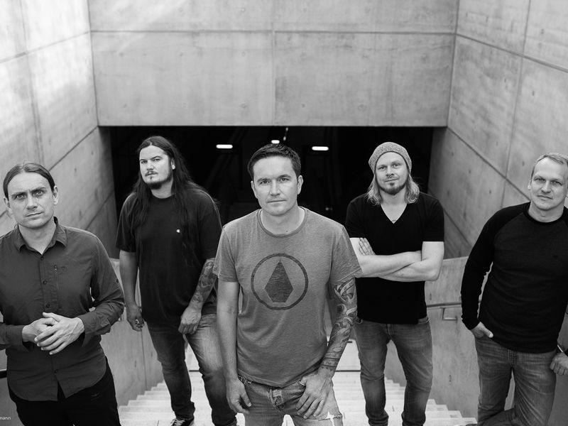 Fünf junge Männer stehen auf einer Treppe.