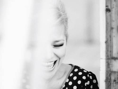 Eine Frau lacht.