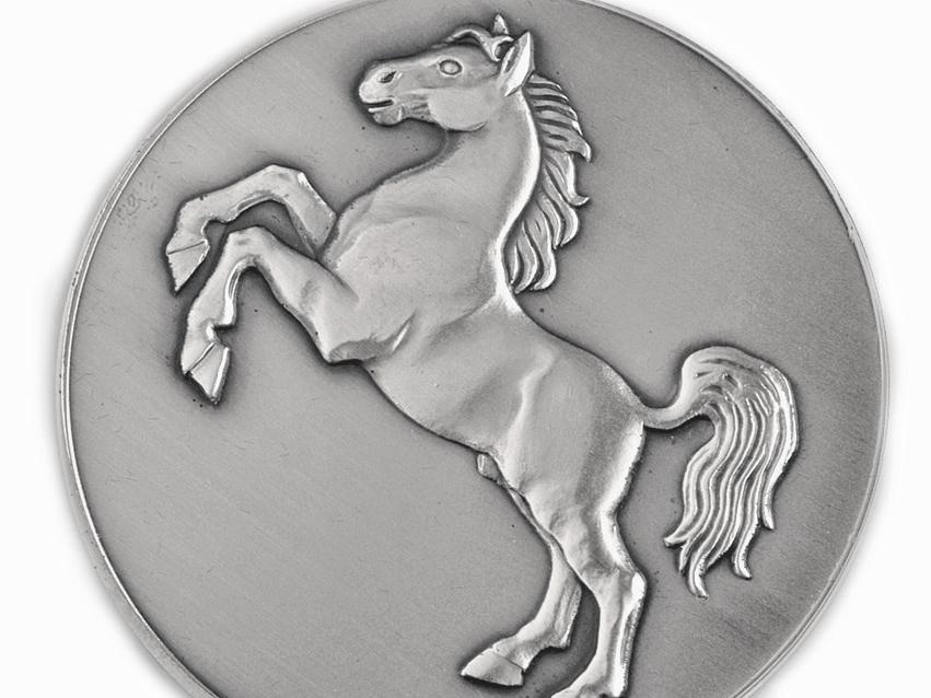 Medaille, auf der ein Pferd zu sehen ist