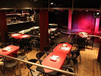 Eine Bar mit Bühne.