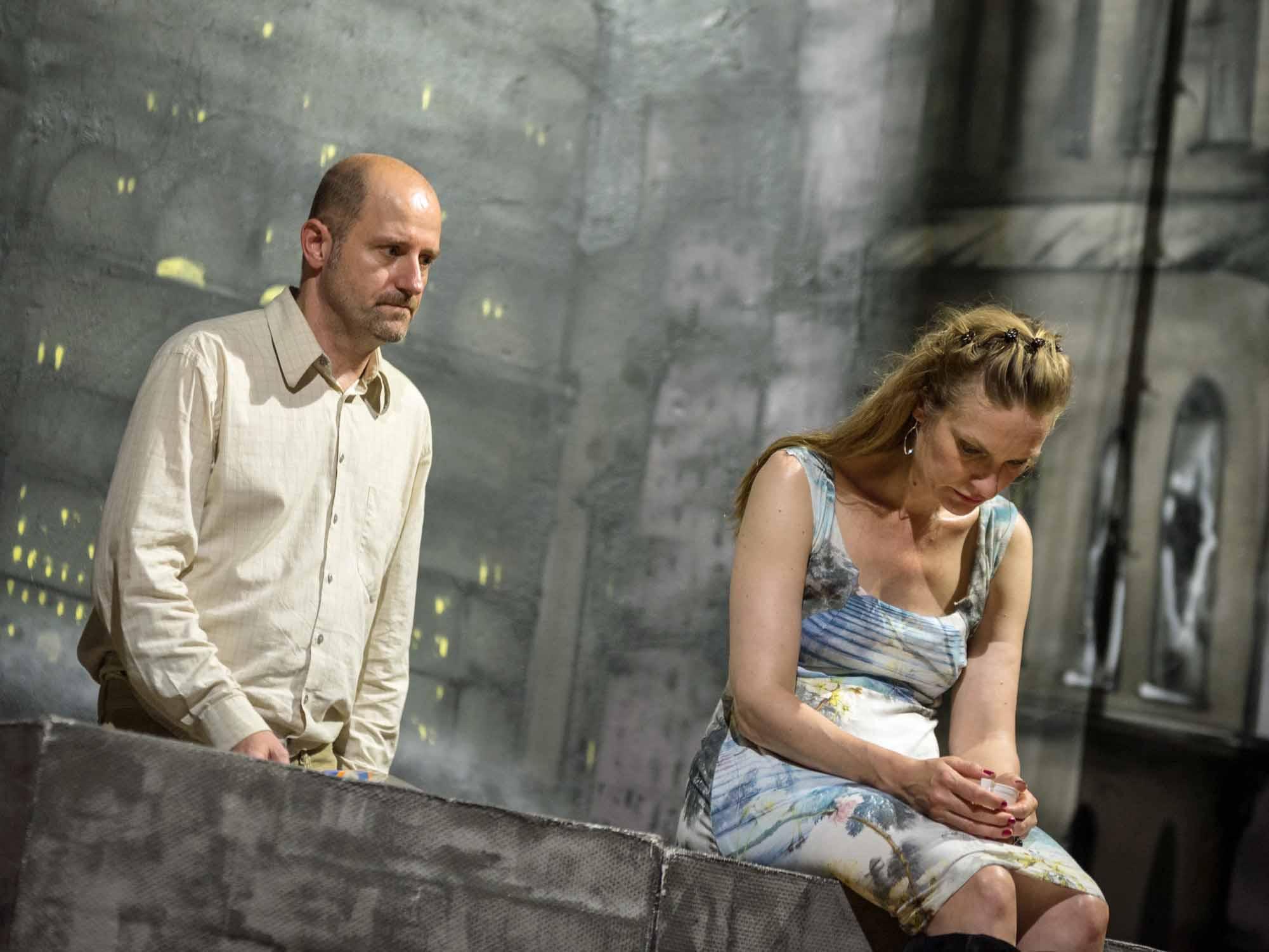 Mann und Frau auf einer Bühne.