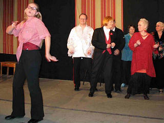 Szene aus einem Stück des Theaters am Lindenhofe: Mehrere Darsteller tanzen.