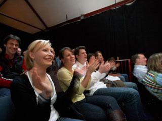 Innenansicht der Warenannahme mit Blick auf das Publikum.