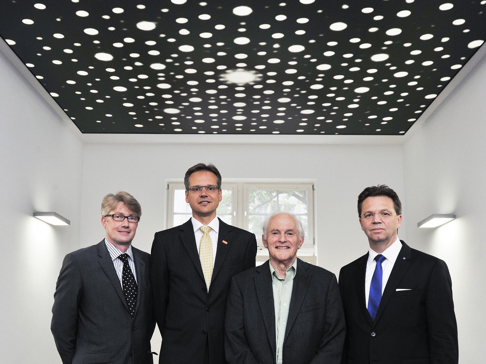 Vier Männer in Anzügen.