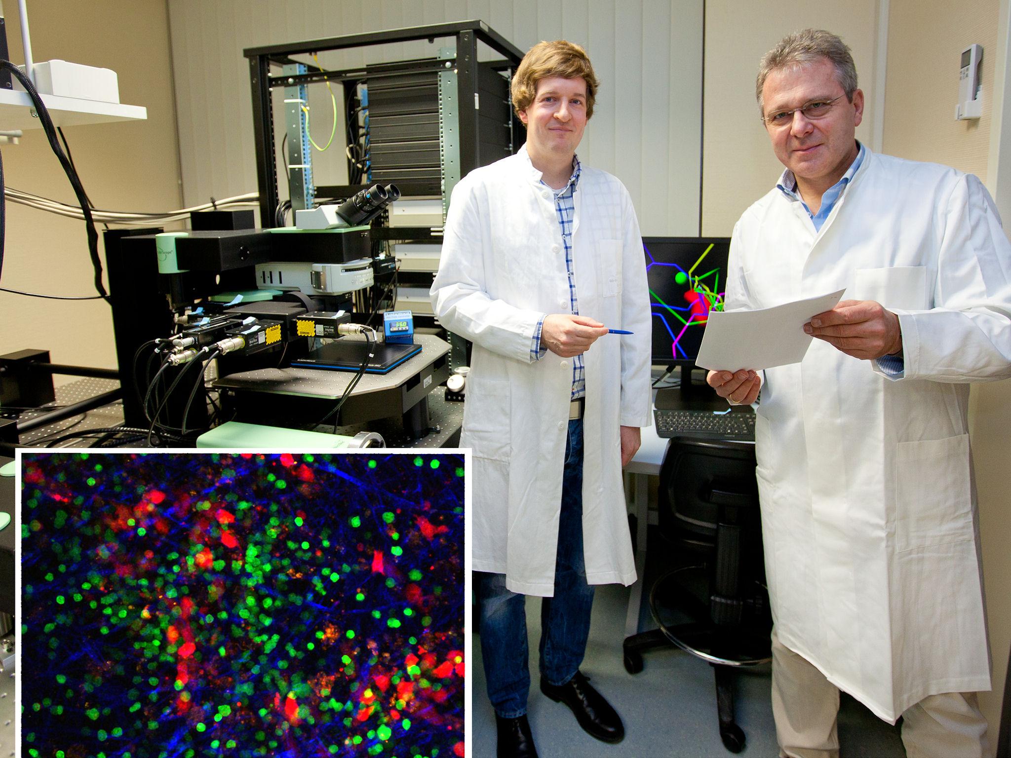 Zwei Männer in weißen Kitteln mit wissenschaftlichen Geräten und integriertem farbigem Bild