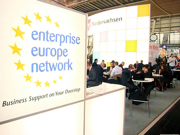 "Messestand mit den Aufschriften ""Business Support on Your Doorstep"", ""enterprise europe network"" und ""Niedersachsen"""