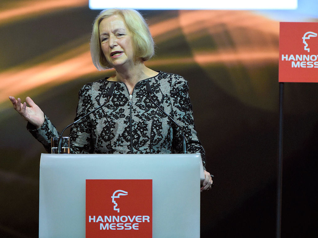 Eine Frau hält eine Rede an einem Pult mit der Aufschrift HANNOVER MESSE