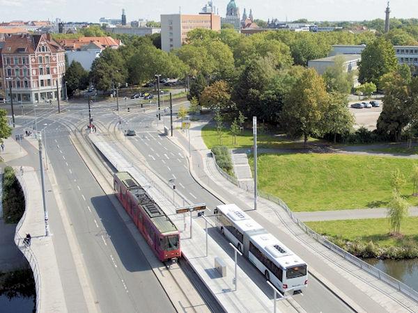 Bus und Stadtbahn auf einer Brücke aus Vogelperspektive