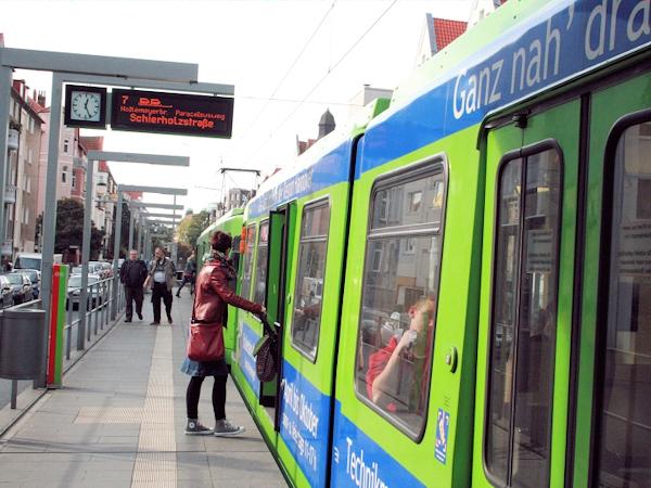 Straßenbahnhaltestelle mit Fahrgästen