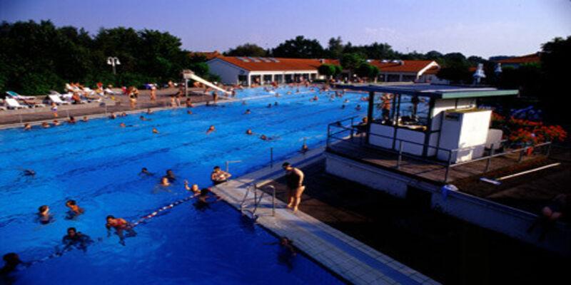 High Quality Ein Schwimmbecken Mit Abtrennung Zwischen Schwimm  Und Sprungbereich, Im  Hintergrund Weisse Gebäude Mit Roten