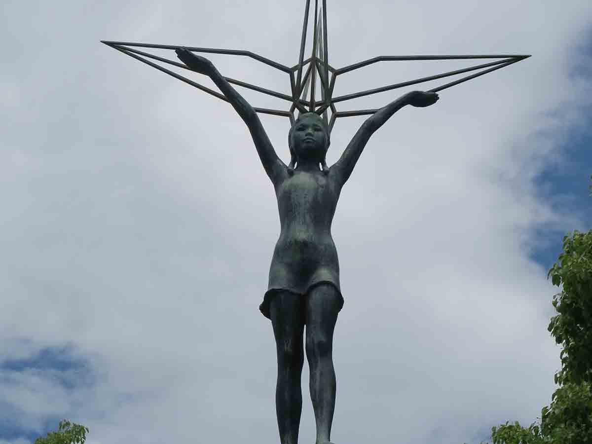 Eine Statue.