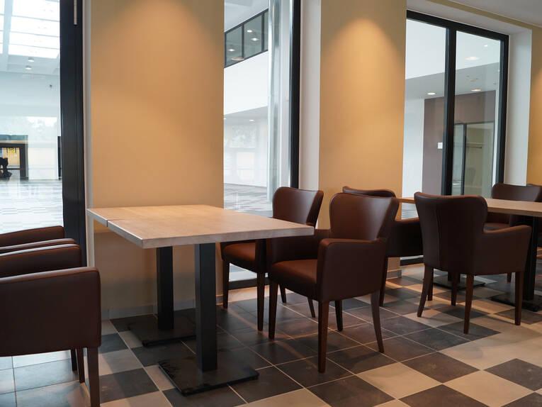 https://www.hannover.de/var/storage/images/media/01-data-neu/galerien/blick-in-die-neue-volkshochschule/blick-von-der-cafeteria-ins-foyer/12881175-1-ger-DE/Blick-von-der-Cafeteria-ins-Foyer_image_full.jpg